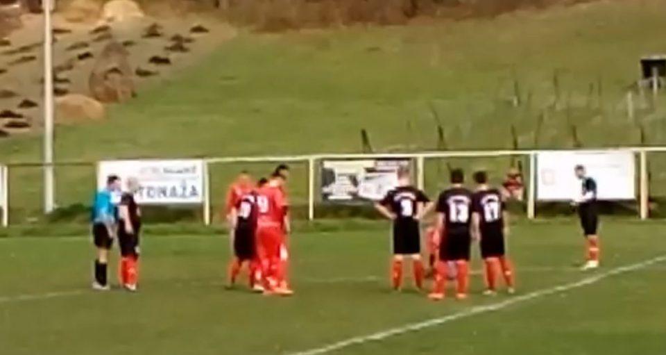ВИДЕО: Змија прекина фудбалски натпревар, а сите зборуваат за реакцијата на фудбалерите