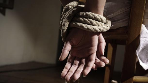 Сопружници врзани во својот дом, па ограбени