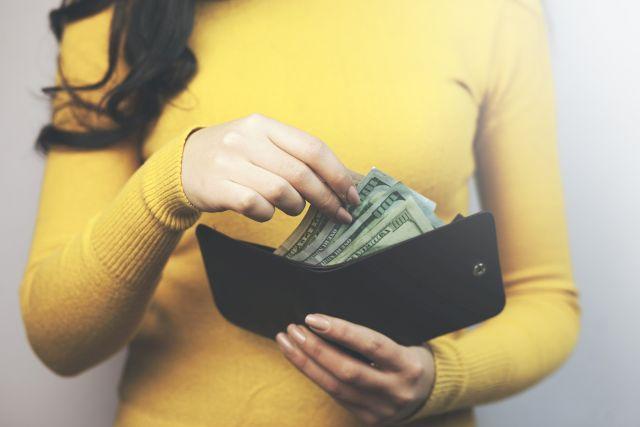 Пет хороскопски знаци кои повеќе трошат отколку што заработуваат