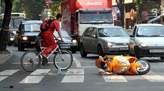 Пешак и мотоциклист потешко, а две лица полесно повредени во седум сообраќајки во Скопје