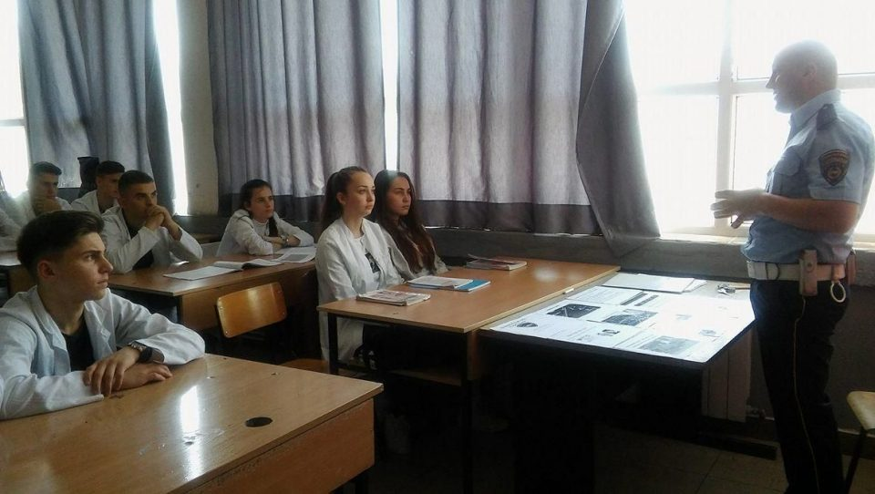 Гостиварските средношколци следат едукативни предавања за безбедност во сообраќајот
