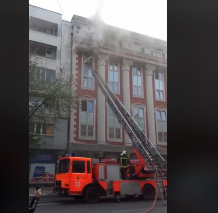 ФОТО: Се зголемува бројот на пожарни возила пред Правда, улицата која води кон Рекорд затворена за сообраќај