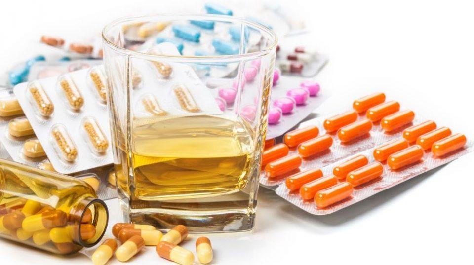 Пиеле метил алкохол за да се заштитат од коронавирусот, починаа околу 300 лица во Иран
