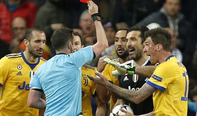 УЕФА за најспорниот пенал во сезоната: Ни ВАР не би му помогнал на Јувентус