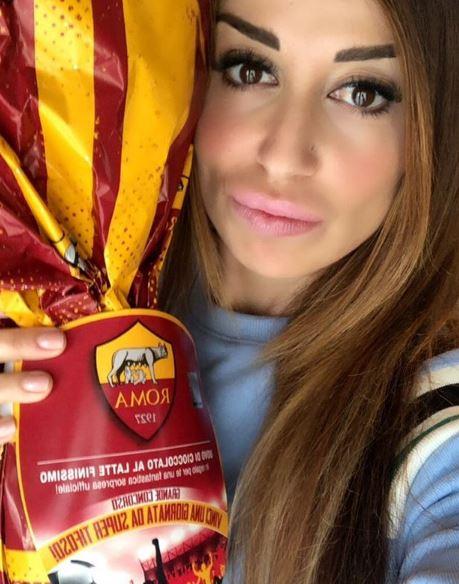 """Новинарка од спалната соба ја прослави победата на Рома, а кога ќе видите со што го покри меѓуножјето ќе """"полудите"""" (ФОТО)"""