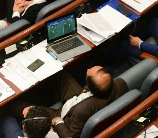 Со пари на граѓаните се обложуваме во живо- Во Собранието се гласа доверба на Владата, а пратениците на СДСМ гледаат ЛШ (ФОТО)