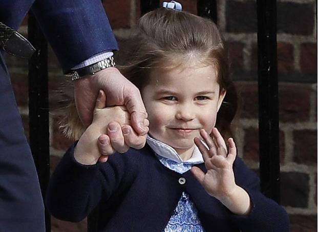 ФОТО: Принцезата Шарлот го бакнува својот мал брат- кралското семејство објави први фотографии од принцот Луис