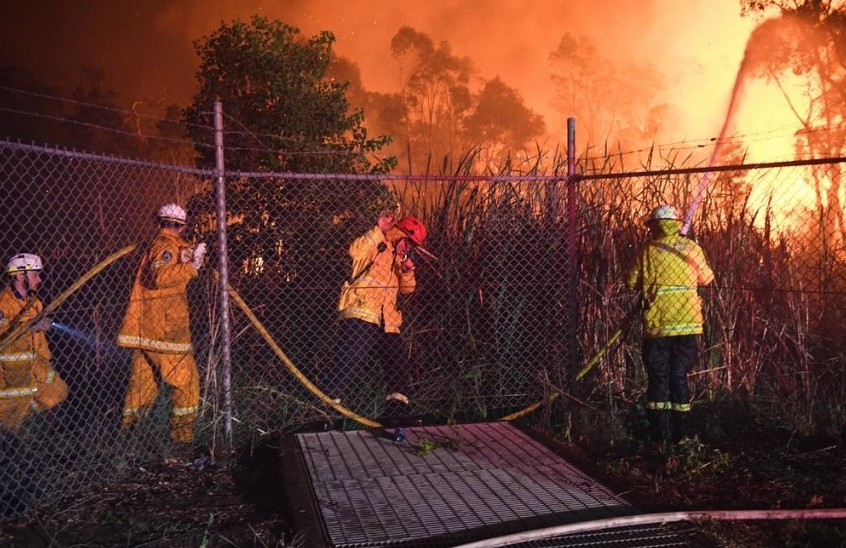 Паника во Австралија: Огромен пожар во Сиднеј, пожарникарите водат тешка битка (ВИДЕО)