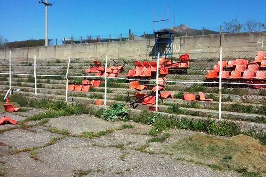 Искршени столчиња на стадионот во Валандово