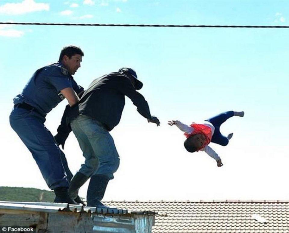 СТРАШНО И УЖАСНО: Се обиделе да го иселат семејството, таткото во очај ја фрли едногодишната ќеркичка од кровот (ВИДЕО)
