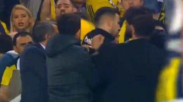 Хаос на натпревар во Турција: Навивачи му ја расцепија главата на тренерот на Бешикташ (ВИДЕО)