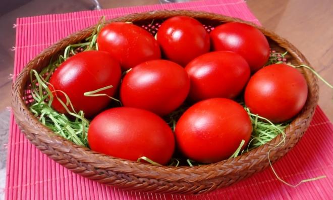 Првите јајца кои ги бојадисаме за Велигден треба да се црвени, еве зошто
