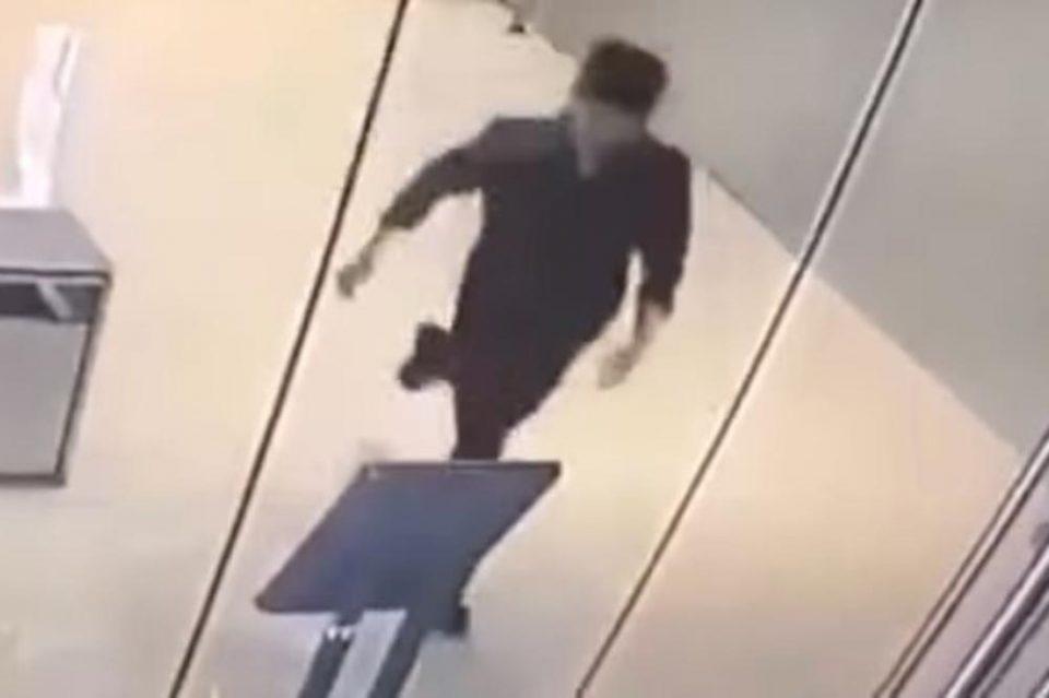 ХИТ НА ИНТЕРНЕТ: Не ја виде стаклената врата, па удри со глава, а потоа настана катастрофа (ВИДЕО)