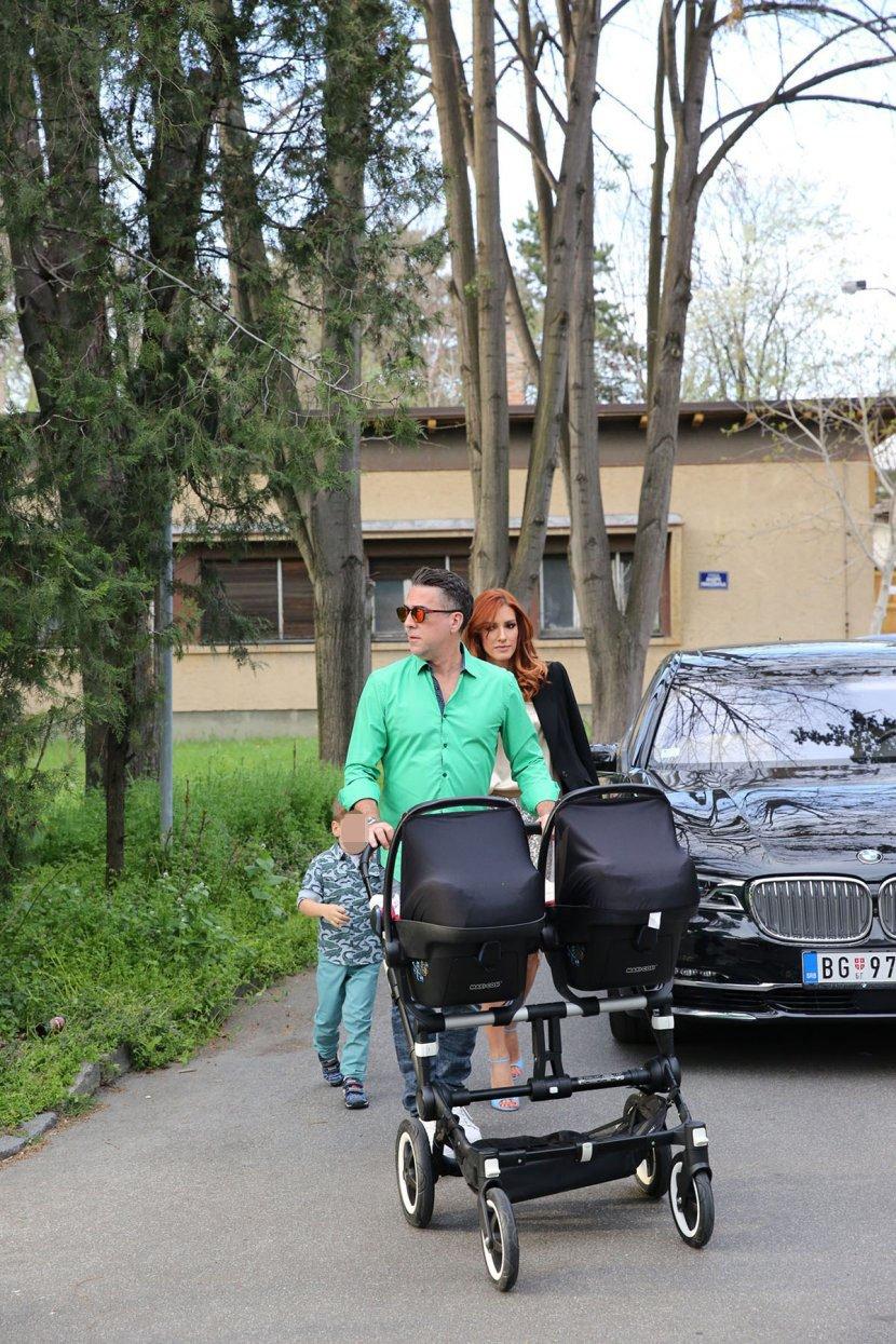 Горда мајка: Сопругата на Жељко со длабок шлиц  ги покажа витките нозе и ги излуди сите (ФОТО)