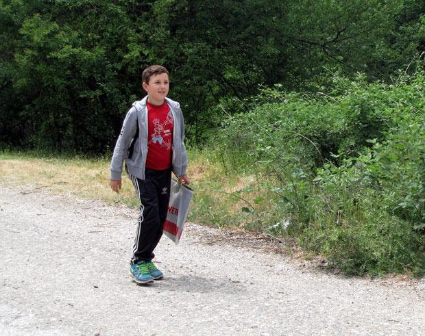 ФОТО: Марко живее во Србија, а учи во Македонија- секој ден поминува низ студена река
