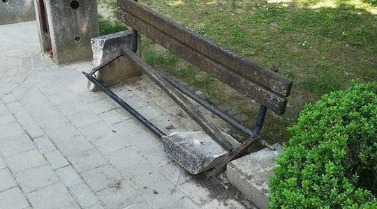 Искршени клупи во градскиот парк во Кавадарци