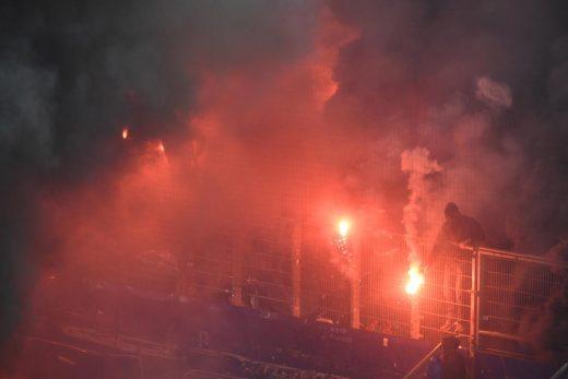 Вонредна состојба во Германија: Хамбургер испадна од Бундеслигата, навивачите го запалија стадионот (ФОТО+ВИДЕО)