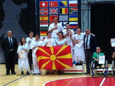 """Танчерите со даунов синдром од """"Dancers United MK"""" два пати на победничкиот пиедестал во Италија ја пееја македонската химна"""