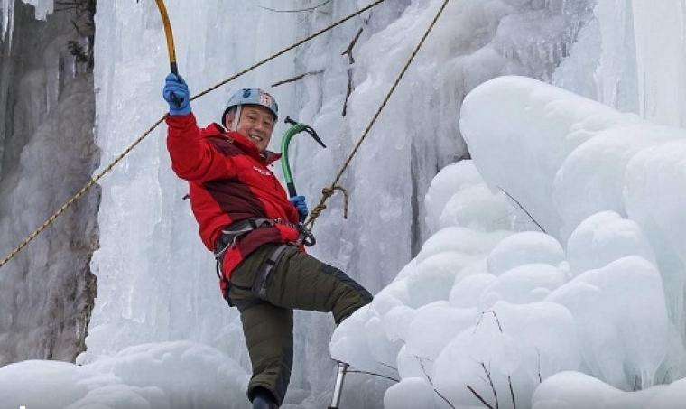 Херој на месецот: Алпинист со ампутирани нозе го искачи Монт Еверест (ФОТО)