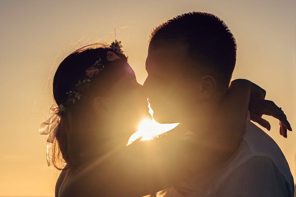 Дешифрирајте што значат неговите бакнежи: Ако вашиот сакан ве бакне во очи, навистина имате среќа