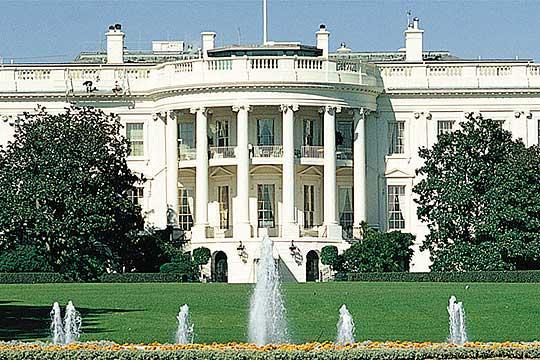 Претставник на Белата куќа од септември е во болница поради Ковид-19
