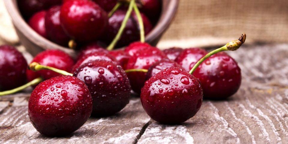 Многумина го прават ова додека јадат цреши, а не се свесни за опасноста- може да биде кобно