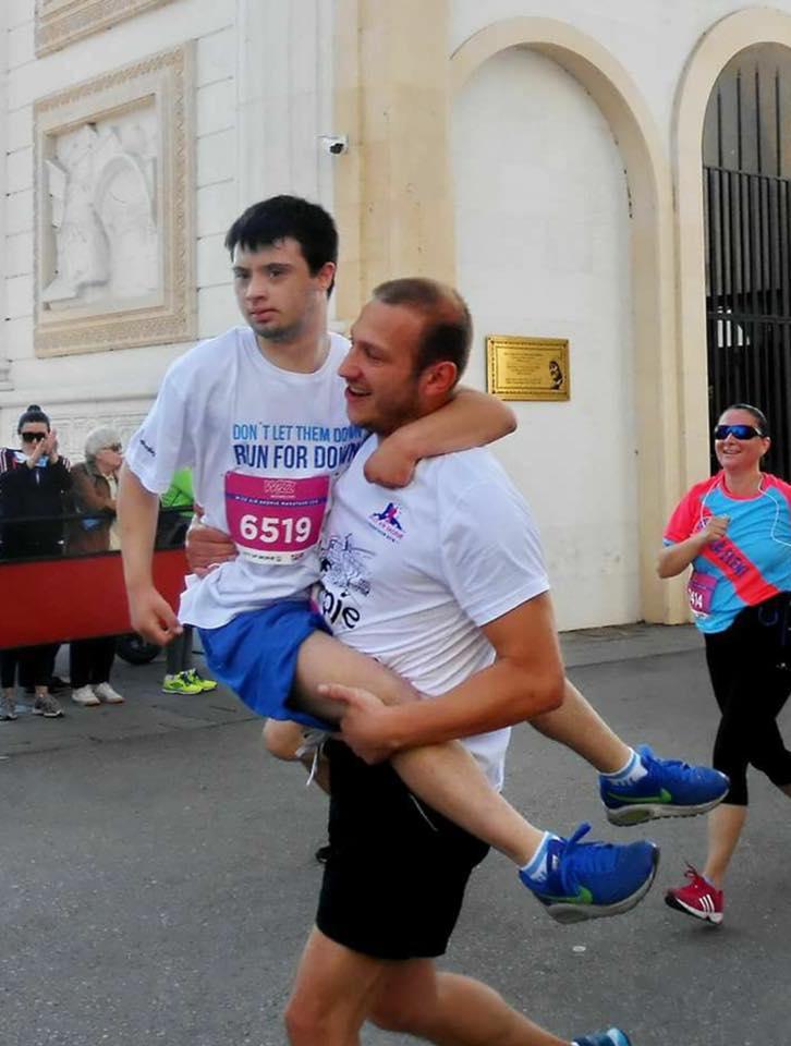 ФОТО: Не го освои маратонот, ама ги освои срцата на сите – ова момче е денешниот победник
