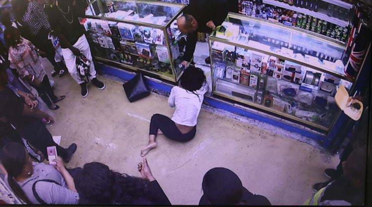 Агонија снимена од камерите: Жена испрскана со киселина влета во продавница (ФОТО)