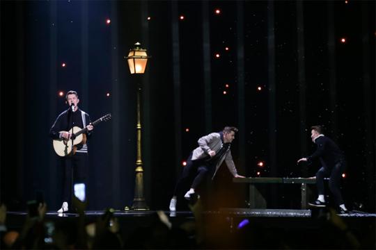 Евровизија: Ги цензурираа Ирска и Албанија поради хомосексуалност и тетоважи