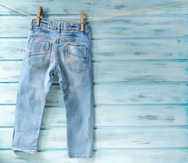 Со овој трик омилените фармерки ќе ви траат 10 години