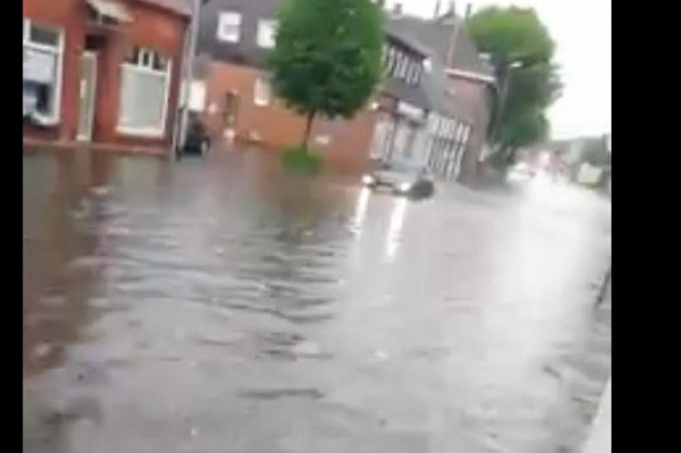 ПОПЛАВЕНА ГЕРМАНИЈА: Ново невреме донесе незапаметени поплави, улиците за неколку минути станаа реки (ВИДЕО)