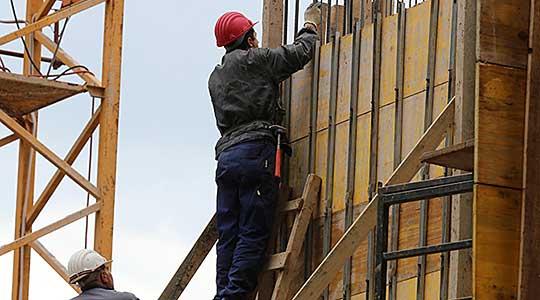 Во Стопански двор при вршење на градежни работи се повредил работник – константирани се тешки телесни повреди
