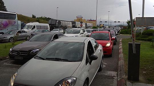 Зголемена фреквенцијата на возила, на Богородица и Табановце се чека 45 минути