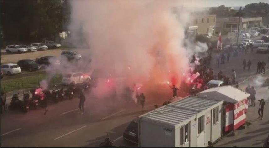 Натпреварот одложен: Пеколен пречек- хулигани го нападнаа автобусот на противничките фудбалери (ВИДЕО)