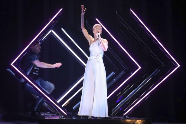 ИНЦИДЕНТ НА ЕВРОВИЗИЈА: Насилно упадна на сцената додека настапуваше Сури, погледнете што направи (ВИДЕО)