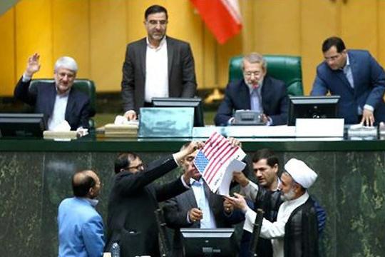 Ирански пратеници запалија хартиено американско знаме во Парламентот