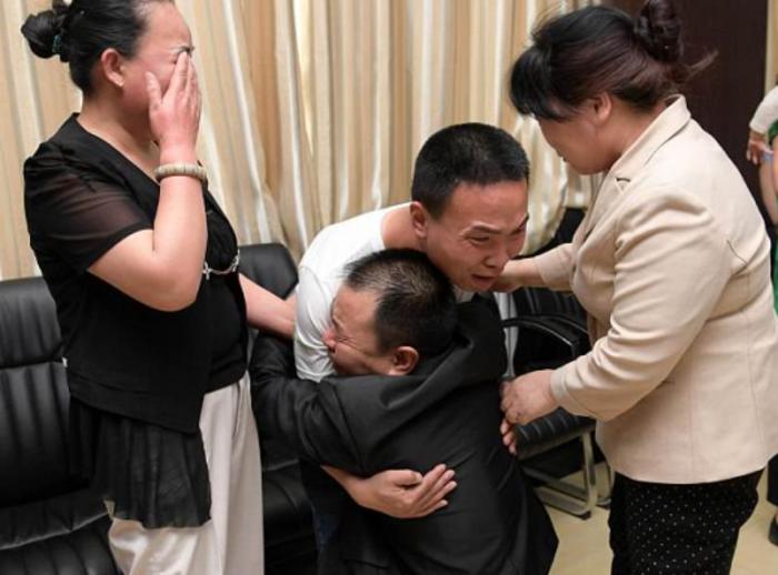 Мало дете исчезнало следејќи го татко му: 24 години подоцна ја имаат најемотивната средба (ФОТО)