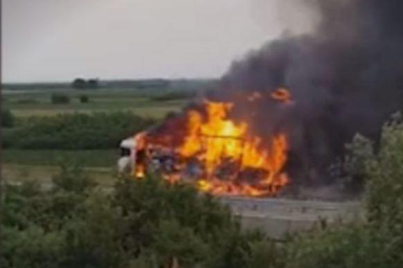 ВИДЕО: Камион со дезодоранси изгоре и предизвика експлозија на автопат