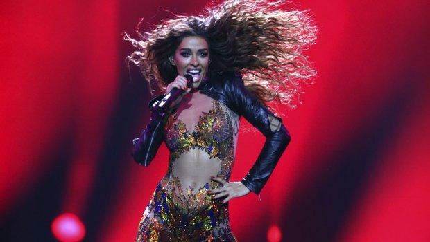 За влакно и избега победата на Евровизија, а фановите кога ја видоа топлес зажалија за тоа – денес е уште посекси, но ретко носи градник и гаќички
