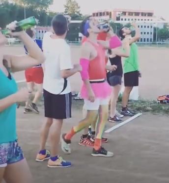 Невообичаен маратон: 500 метри, пауза за крофни, кафе, пиво (ВИДЕО)