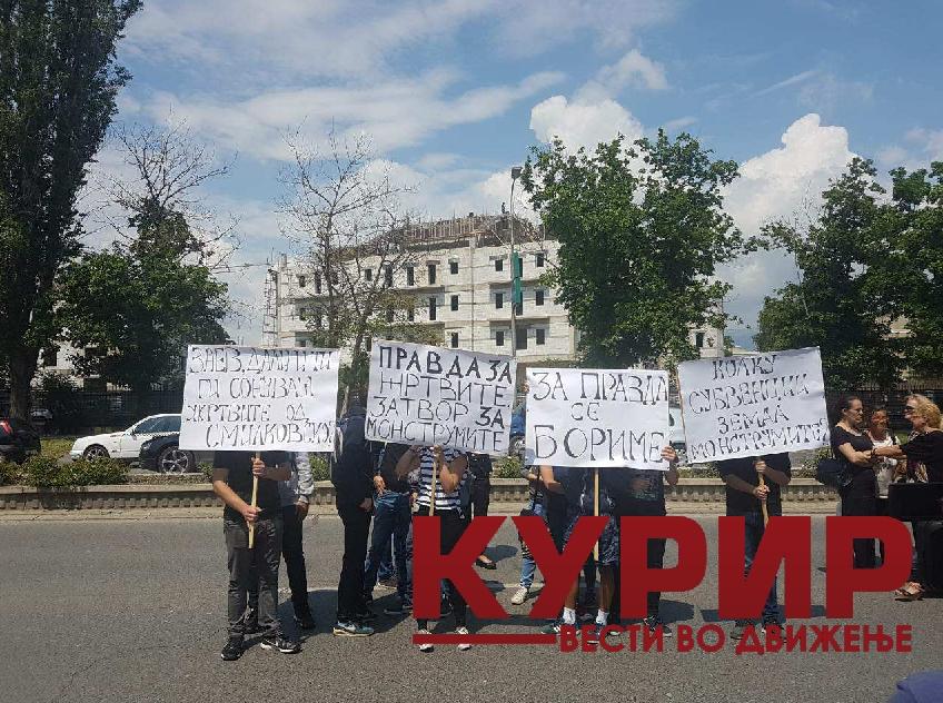 Граѓаните бараат правда и прашуваат: Заев, дали и ти ги сонуваш жртвите од Смилковско? (ФОТО ГАЛЕРИЈА)