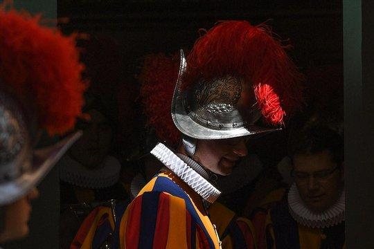 Гардата на папата ќе ги менува металните шлемови со пластични