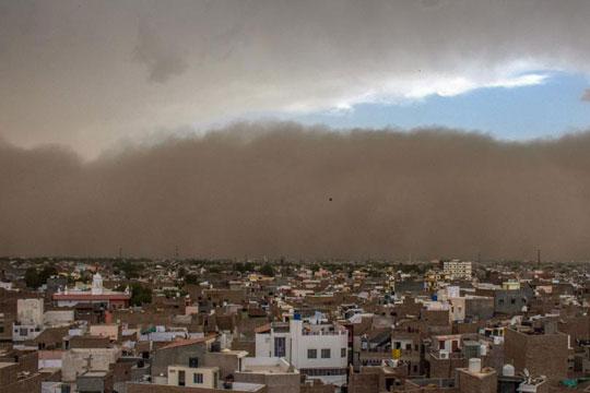 Најмалку 98 луѓе загинаа во песочна бура во Индија