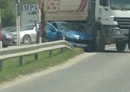 """Сообраќајка кај Струга: Камион му го пресекол патот на автомобил """"Пежо"""" и го набил во ограда (ФОТО)"""