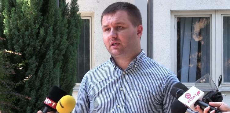 Богдановиќ прогласува мораториум за градба во истиот ден кога иштанцал градежни одобренија