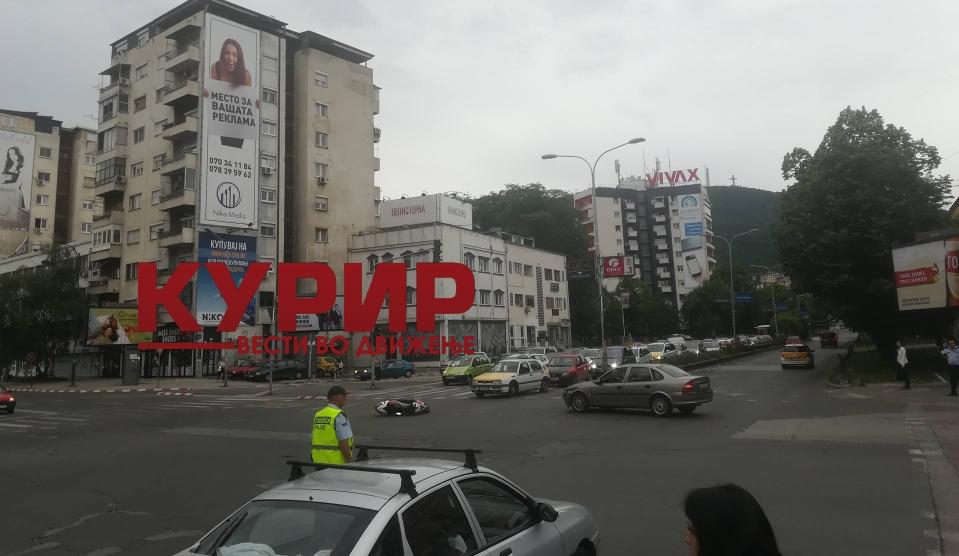 Сообраќајка во центарот на Скопје: Се судрија мотор и автомобил за зелен пазар (ФОТО ГАЛЕРИЈА)