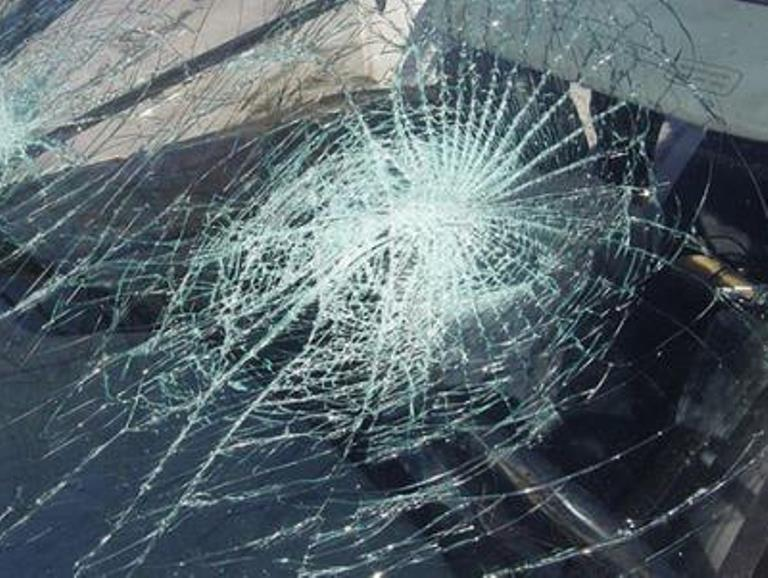 Автомобил излета во нива, три лица повредени