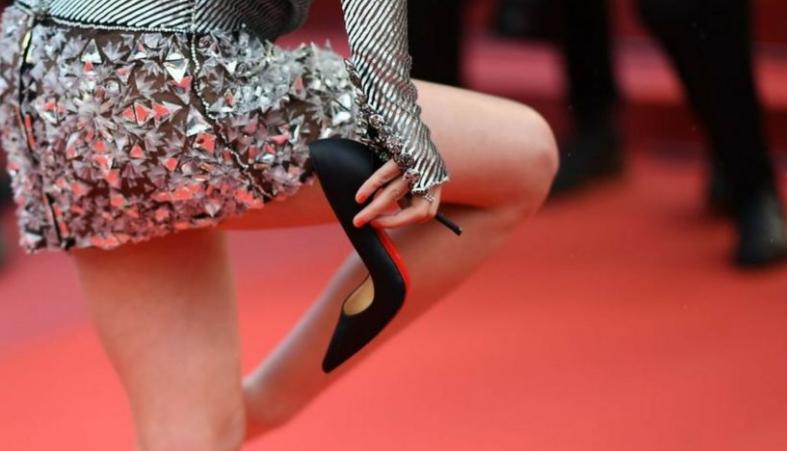 Ги прекрши сите правила на црвениот килим: Младата актерка по позирањето го направи ова (ГАЛЕРИЈА)