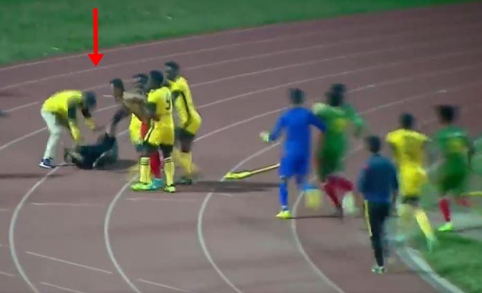 УРНЕБЕСНО: Фудбалери го нокаутираа судијата, додека тој се бранеше со знаменцето за корнер (ВИДЕО)