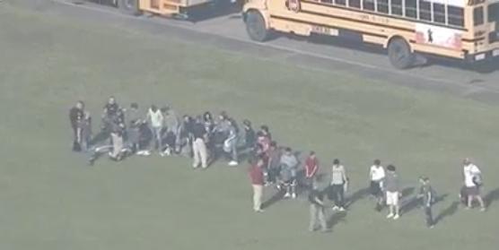 ВИДЕО: Полицијата ги претресува учениците во Тексас